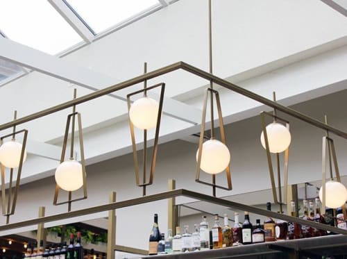 Chandeliers by Deschênes Lighting / Luminaire seen at Private Residence, Montreal, Montreal - LUMINAIRE ARCHITECTURAL DU PERLES & PADDOCK (comptoir bar)