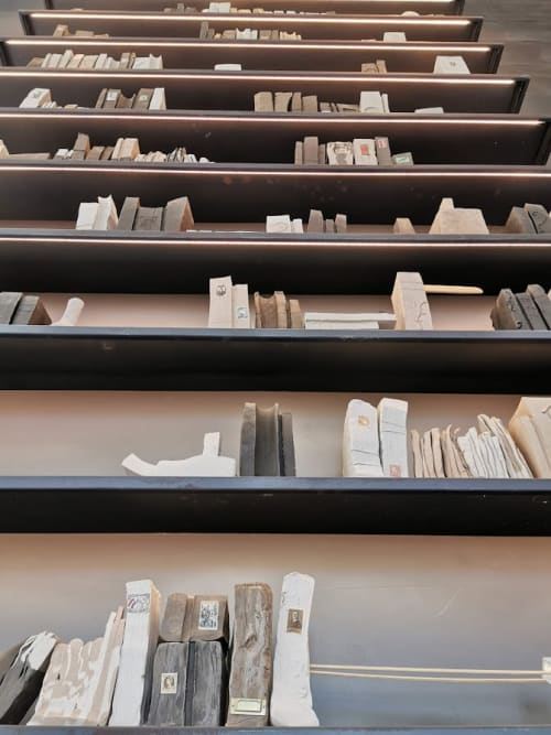 Public Sculptures by Estudio Manus seen at São Paulo, São Paulo - Bookcase with books and bottles in natural clay