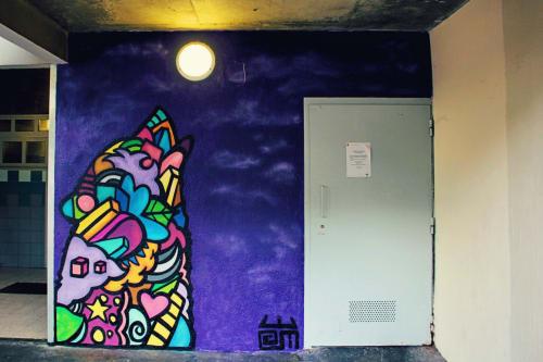 Street Murals by Alloyius Mcilwaine Art seen at 1 Avenue de l'Abbé Roger Derry, Vitry-sur-Seine - Howl at the Moon